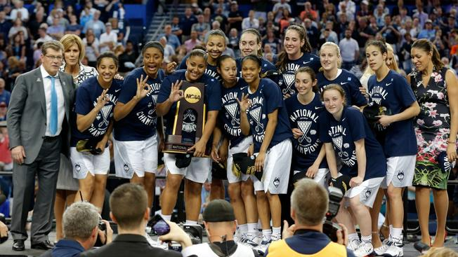 uconnwomenwithtrophy1
